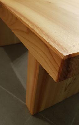 Holzschemel. Eine schlichte und stabile Steighilfe zum Glühbirnen tauschen oder einfach als Ablage für die Füße.