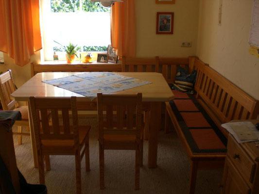 Eckbank mit Tisch. Auf Anfrage in verschiedenen Maßen und Holzarten erhältlich.