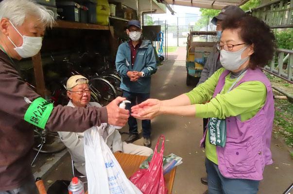 善福寺川緑地サービスセンターに移動して各自持参の弁当で昼食後 いよいよ釜炒り茶の作業開始 先ずはコロナ感染対策のために手を消毒しました