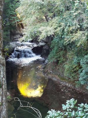 亀岩の洞窟(通称濃溝の滝と言われているが滝は違う場所にある)