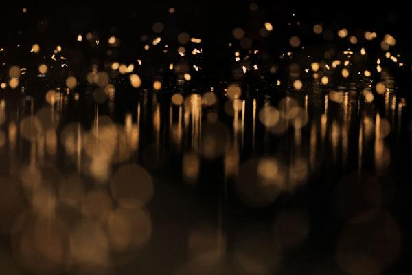 Tanz der Muecken im abendlichem Gegenlicht über Wasser 0002