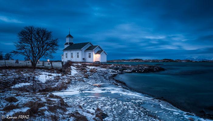 Kirche im abendlichen Licht auf den Lofoten