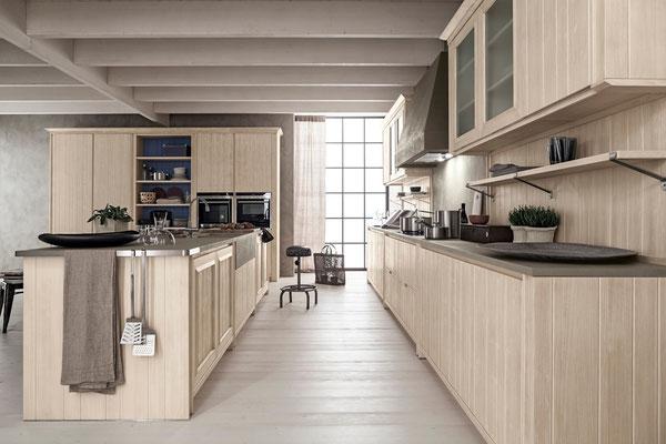 Helle Massivholzküche mit Steinarbeitsplatte