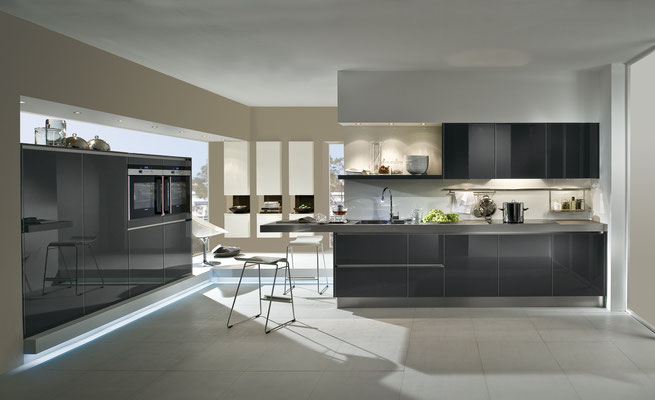 die Küchenbeleuchtung unter den Küchenhängeschränken erleichtert das Kochen