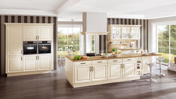 Cremfarbene Wohnküche mit Glasfronten