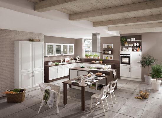 Großzügige Weiß-braune Landhausküche mit passendem Esstisch.
