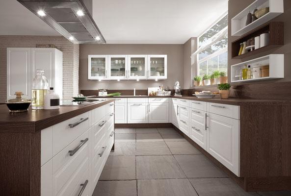 Weiße Landhausküche mit Glasfronten