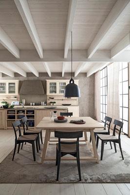 Wir liefern Ihnen auch zu Ihrer Küche passende Stühle und Tische aus Massivholz