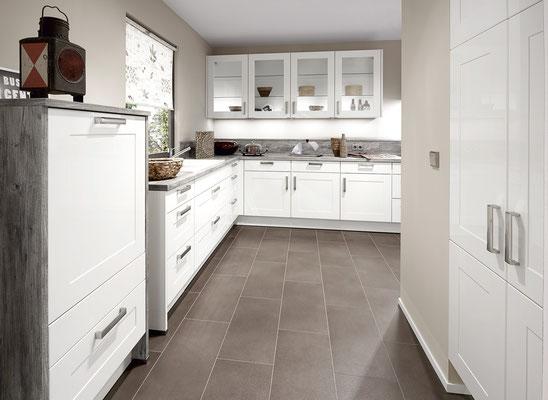 Weiße Küche mit grauer Ummantelung