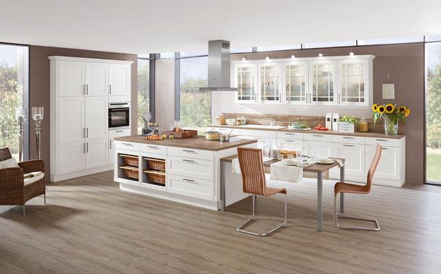 Offene weiße Landhausküche mit angeschlossenem Esstisch
