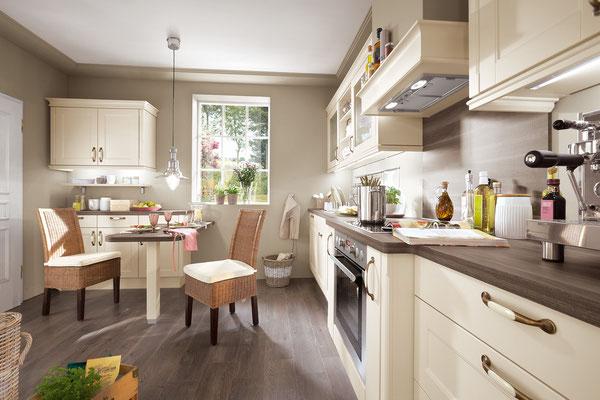 Cremefarbene Landhausküche mit Esstisch und Stühlen
