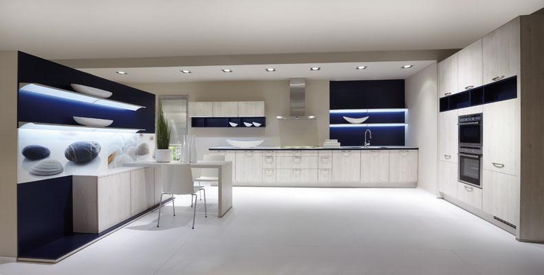 Bei dieser Luxusküche sieht man, was mit Küchenbeleuchtung alles möglich ist.
