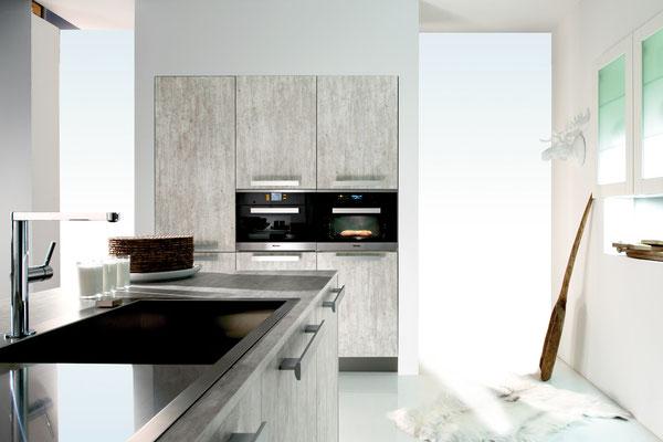 Einbaugeräte werden im Rahmen der Küchenmontage geliefert und angeschlossen