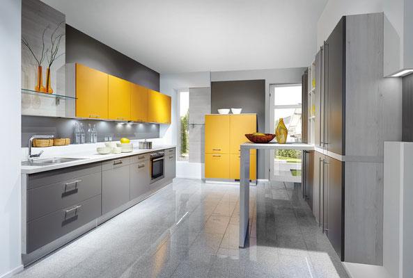 Gelbe und graue Küchenfronten bilden einen schönen Kontrast