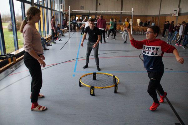 Teens beim Spikeball spielen