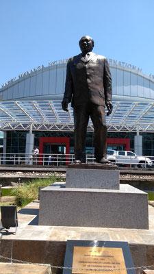 Statue de Harry Mwaanga Nkulbula  Aéroport de Livingstone
