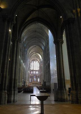 Saint-Denis, basilique, nef vue de l'entrée.