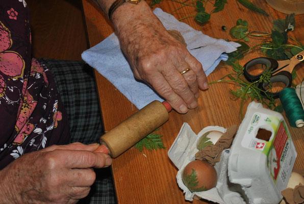 Für unsere Ostereier verwenden wir einheimische Kräuter. Jedes einzelne wird genau ausgesucht und leicht flach gedrückt, dass sie besser auf das Ei passen.