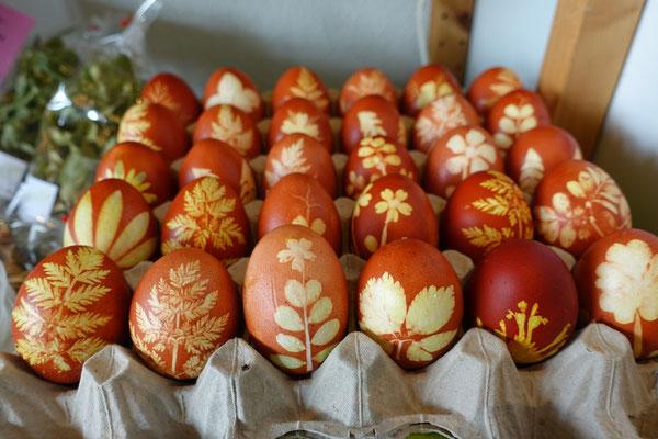 Anschliessend werden die Eier noch eingefettet, dadurch erhalten sie ihren schönen glanz.