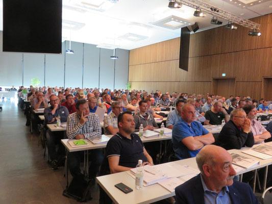 Es sind an den fünf Kursen 1050 Teilnehmer, also pro Kurs rund 210 Personen