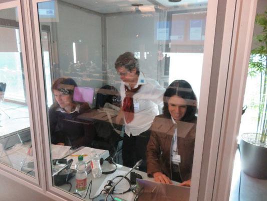 Die zwei Übersetzerinnen mit der Kursleiterin Franziska Meier