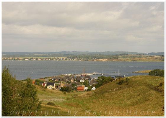 Blick von Hügeln auf den Ort Gager.