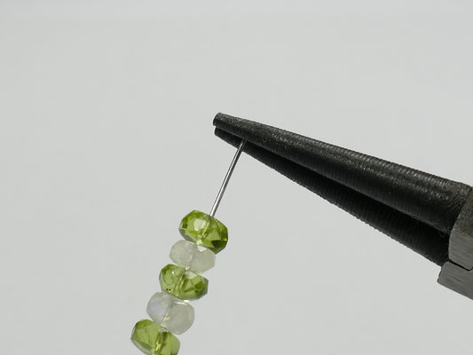 Pincer le bout du fil pour faire une boucle