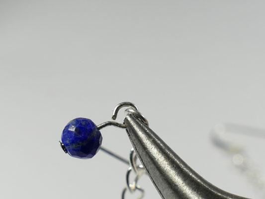 Perle attaché correctement à la boucle d'oreille