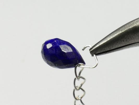 L'ensemble chaîne, triangle et perle de lapis lazuli