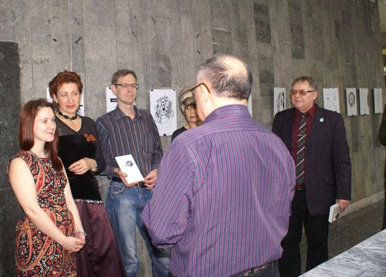 Михаил Мун приветствует нас и открывает выставку
