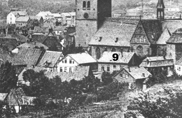 das Gebäude das vor der Kirche und  dem Querportal steht