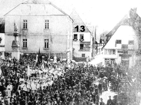 Conditorei j.Düllmann, dann Germania Klause, 1927 kauft Heinrich Kemper, jetzt Konzerthaus Kemper später Restaurant Zur Hölle bis 1992, danach Diebels Fasskeller und Coyote Ugly