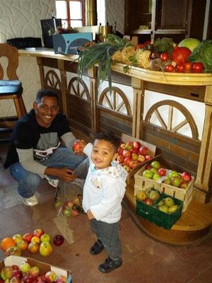unsere Flüchtlinge freuten sich über Spenden vonObst, Gemüse, Konsserven