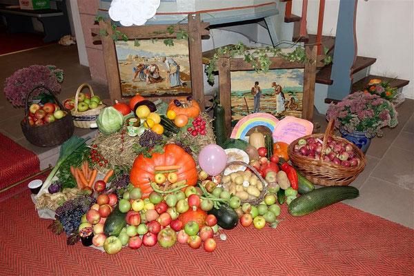 Erntedank-Gaben von uns dekoriert in der evangelischen Kirche