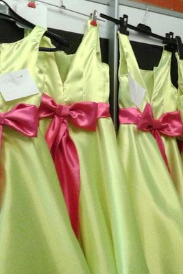 Kleider für Blumenmädchen in den Themenfarben der Hochzeit