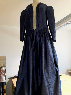 ORIGINAL LINZER GOLDHAUBENKLEID - FESTTAGSTRACHT <br>4. zusammengesetztes Kleid zur Anprobe auf Büste