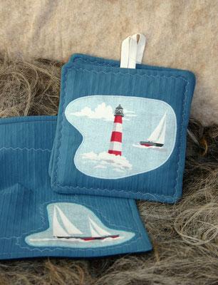 Topflappen und Platzdeckchen mit Schiffen und Leuchtturm maritim