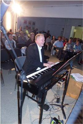 Chorleiter Hans-Joachim Schlaud ... singt und spielt mit Hingabe und Begeisterung mit.