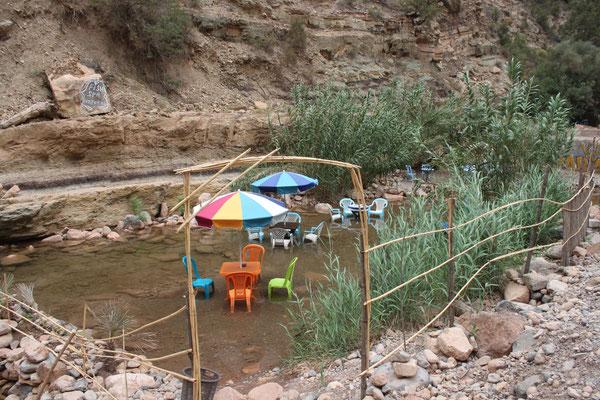 Die Stühle stehen deshalb im Wasser,weil man eine kostenlose Fußpflege von den Fischen bekommt.
