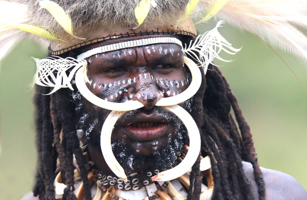 Traditioneller Kopfschmuck beim Hochlandfest nahe Wamena in Neuguinea