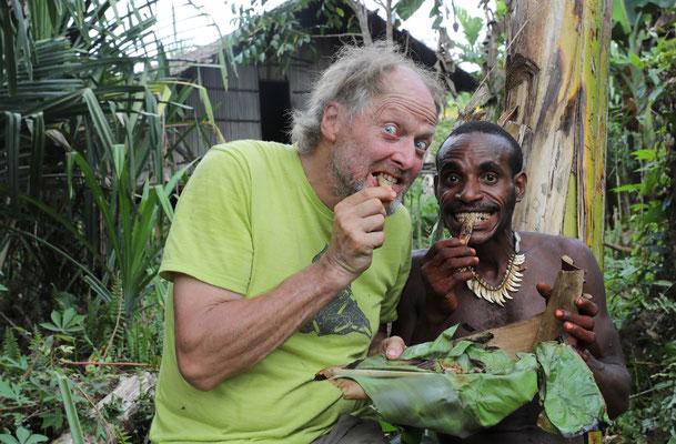 Delikatessen im Dschungel von Neuginea - Maden von der Sagopalme