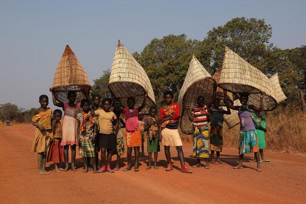 Mädchen mit traditionellen Fischernetzen -aus Holz gefertigt - im Norden von Sambia