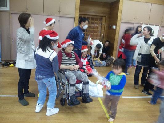 クリスマス会 活動ホームあさひのサンタさんから歌とお菓子のプレゼント