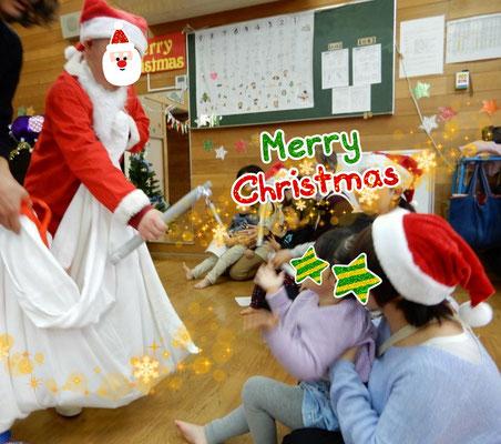 クリスマス会 サンタさんの登場にびっくり