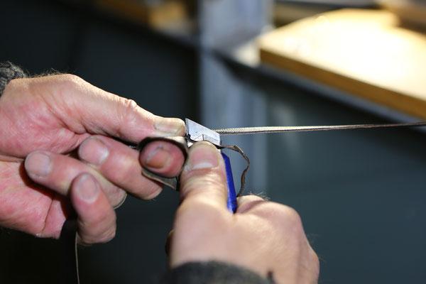 Jeder Lederstreifen wird von Hand einzeln konisch zugeschnitten / Each leather strap is cut individually by hand, conical