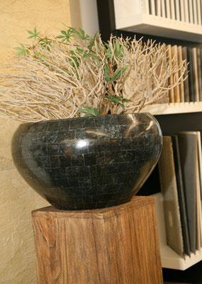 Schwarze, ovale Vase erhältlich bei Firma Fliesen Böser