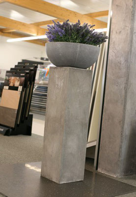 Deko Betonsäule mit moderner Vase in Betonoptik