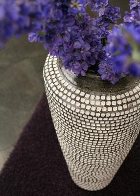 Große, elegante Vase in grau mit weißen Punkten aus Metall erhältlich bei Firma Fliesen Böser