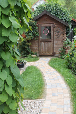 Kleiner Weg zum Gartenhaus