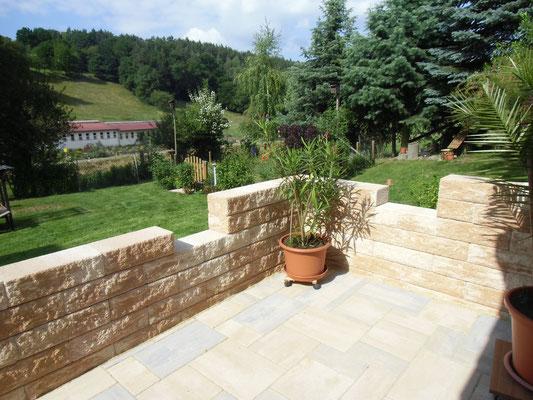 Mauer mit Terrassenbereich